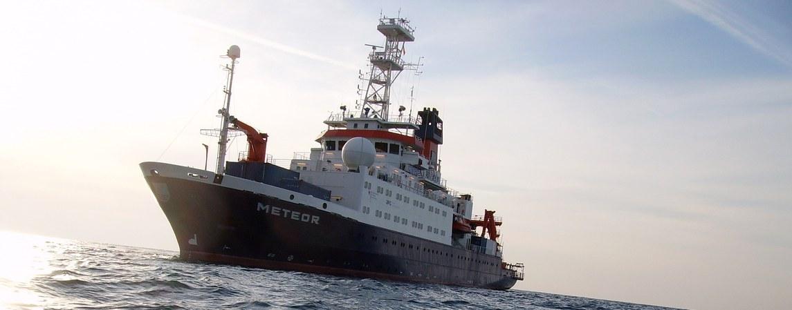 Das Forschungsschiff Meteor erhebt u.a. Daten für  Meeresgeologie, angewandte Physik, Meereschemie, Zoologie und marine Geophysik.